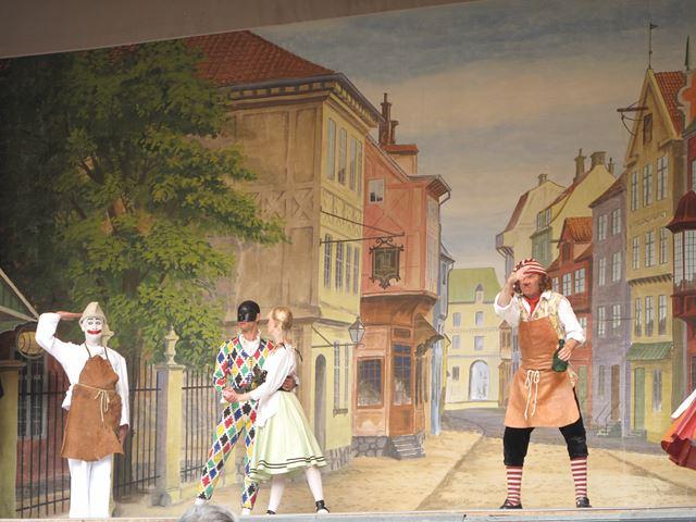 チボリ公園のパントマイムで踊るピエロとプロのバレリーナさんは屋外シアターで見られます!