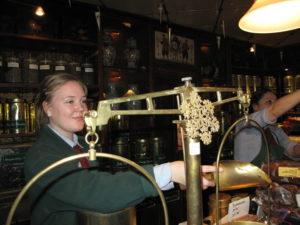 王室御用達のACパークスでは、昔ながらの量り売りでお茶を買います。もちろんお手伝いいたします!
