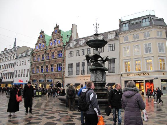 目抜き通りストロイエ通りの中心には、ロイヤルコペンハーゲンの本店や、ジョージジェンセンの本店、イルムスボーリフスなど、デンマークの名店が並びます。