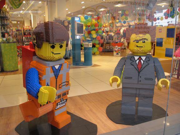 お店のショーウィンドウを飾るクールなレゴヒーローたち