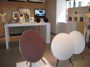 美しいデザインと音響のバングアンドオフルセンのショールームは目抜き通りのストロイエ通りにあります。