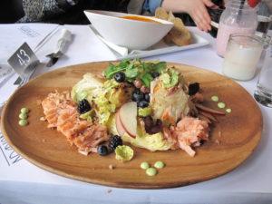 スモークサーモンのグリルと数種のキャベツのグリルサラダ。小食の方はお2人で分けてもいいかもしれません。