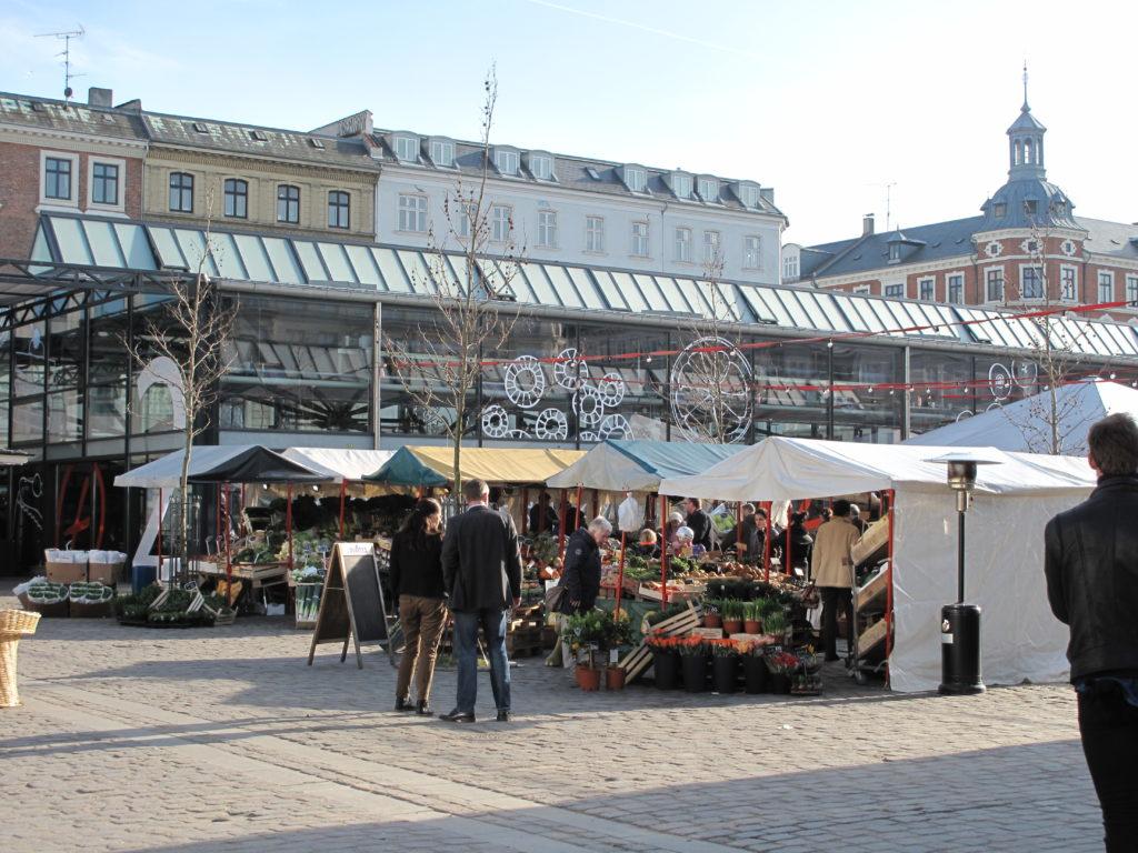 北欧髄一の食材が集まるトーベヘーレン市場では、食べ歩きも楽しいです!