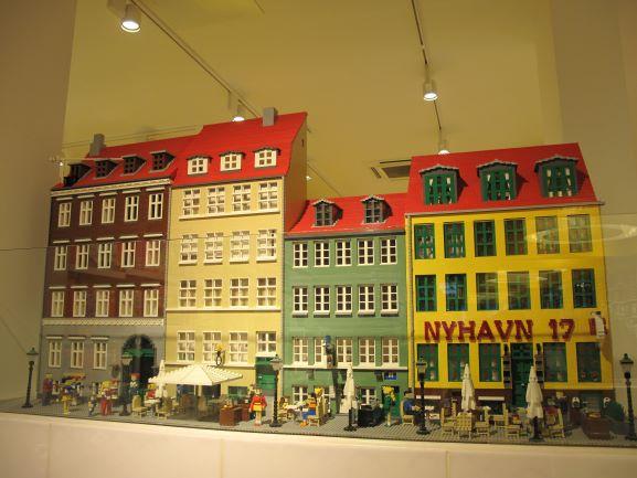 目抜き通りにあるレゴのフラッグショップには、レゴでできた町や動物が沢山あります!