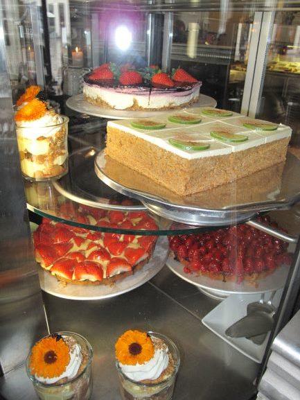 美味しいケーキに誘惑されるカフェのカウンター