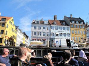 運河が張り巡らされているコペンハーゲンの観光船で街を周遊も楽しいです!