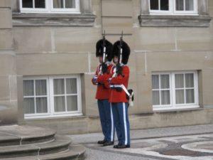 アメリエンボー城の衛兵さんは、特別の名行事の時に赤い制服を着ます!これが見られたら超ラッキー!