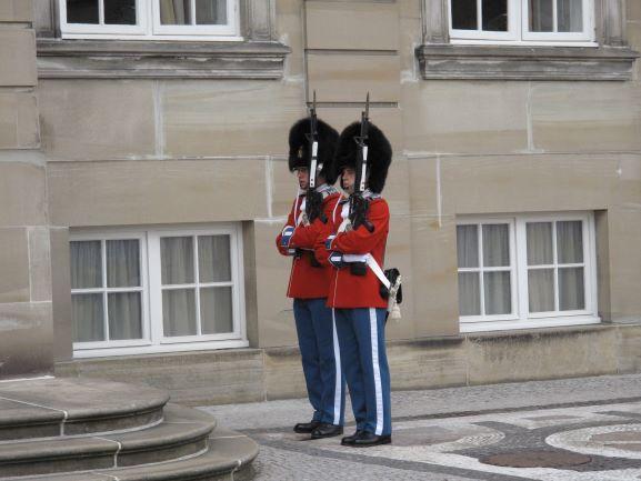 アメリエンボー城の衛兵さんは、特別な行事の時に赤い制服を着ます!これが見られたら超ラッキー!