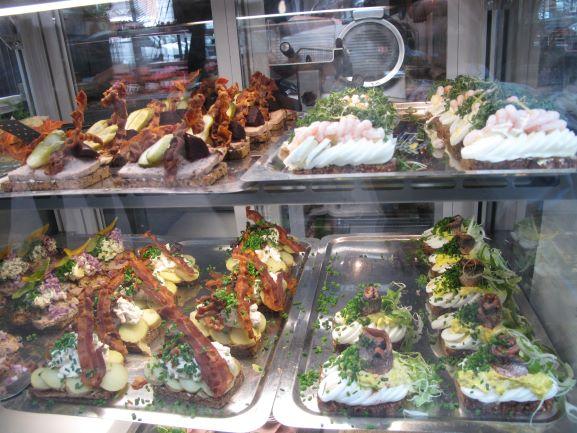トーベヘーレン市場の盛り付けの美しいデンマーク伝統料理オープンサンドイッチ
