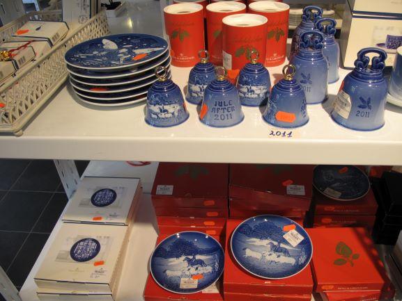 ロイヤルコペンハーゲンのアウトレットでは、素人目には違いがとてもわからない品が破格の価格で並んでいます!