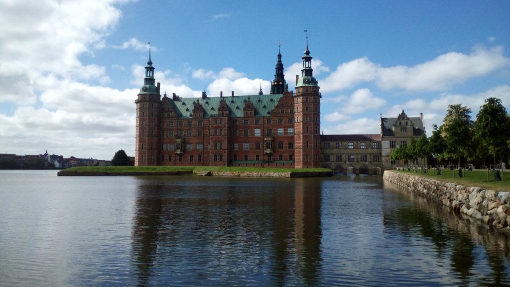 日本の皇室ともゆかりの深い湖上に浮かぶ美しい古城、フレデリクスボー城とバロック式庭園のご散策ツアー