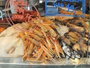 トーベヘーレン市場のお魚屋さんに並ぶ手長エビ