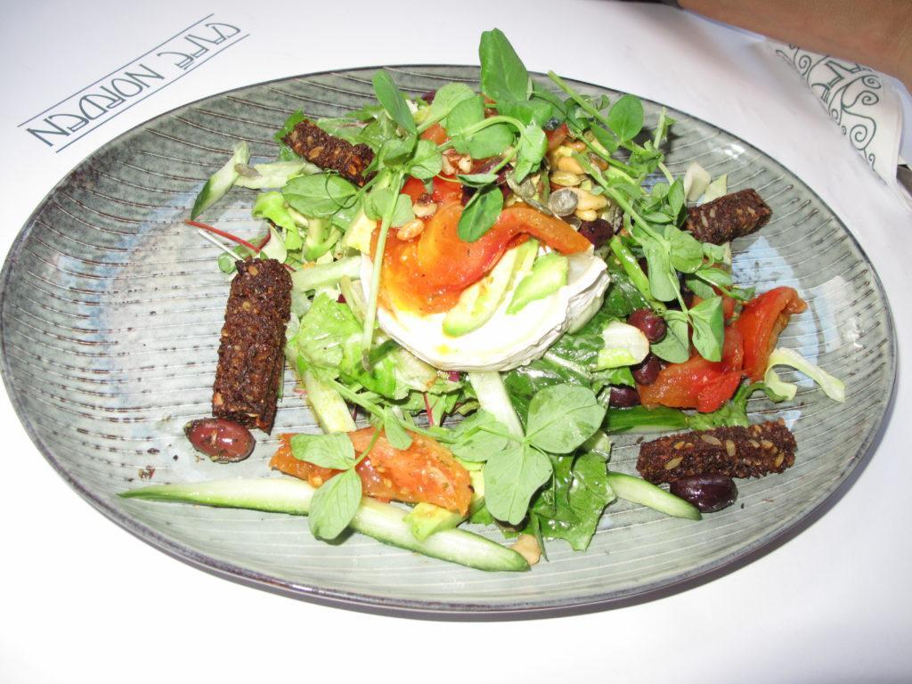 地元の食材を生かしたオープンサンドイッチやサラダも美味しいです!