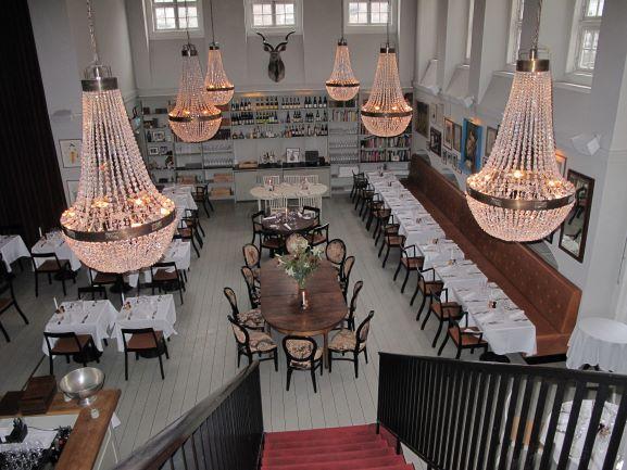 表からは内装が想像できない、隠れ家的な素敵なレストラン