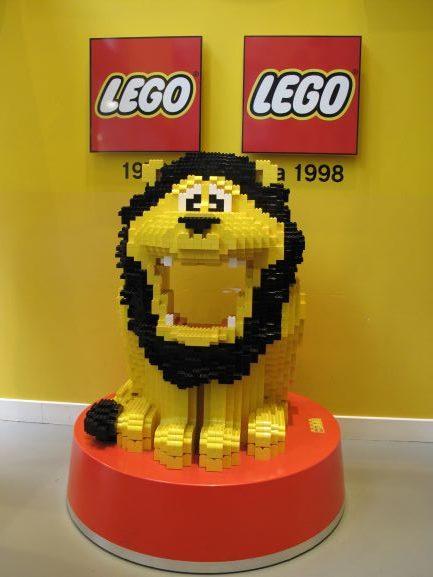 レゴのフラッグシップでお客様をお迎えする可愛いライオンさん