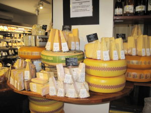 デンマークにはさまざまな種類のチーズがあり、デンマーク人は日常的にチーズをたくさん食べます。