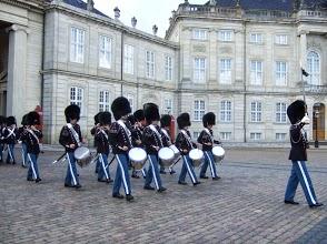 毎日正午に行われるアメリエンボー城の衛兵交代式