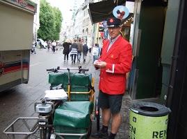 デンマークの郵便屋さんは夏は半ズボンの方も!