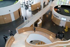 教育現場のご視察で伺った高校の階段の美しいフォルム。