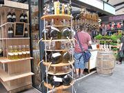 トーベヘーレン市場の量り売りのオリーブオイルやリキュール