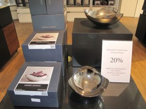 ジョージジェンセンのアウトレットには、プレゼントやお土産に最適なお得な品が並びます。