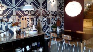 デンマーク人は服よりも住環境にエネルギーを注いで、ヒュゲリな空間を創ることに熱心です。