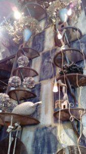 デンマークのフラワーアーティスト、テーエ・アナセンのお花屋さんは、町中に突如として現れる、まるで夢の世界のようです。