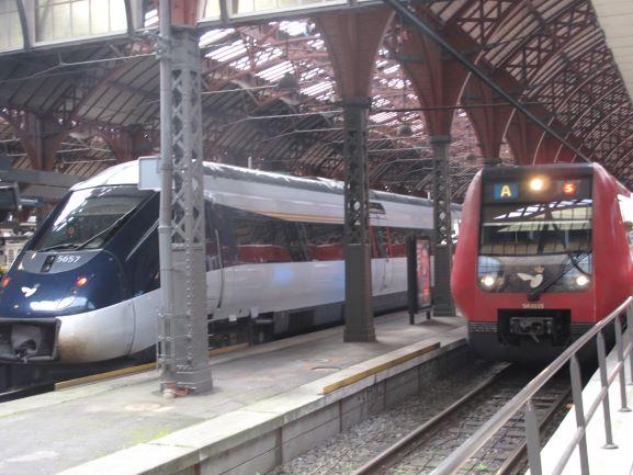 コペンハーゲン中央駅には、橋を越えてスウェーデンや、フェリーに(電車が!)乗ってドイツからも電車がやってきます。
