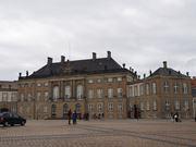 王家の居城、アメリエンボー城はとてもオープンで、敷地内に誰でも入れます。